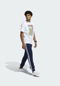 adidas Originals - SUMMER TONGUE LABEL T-SHIRT - T-shirt imprimé - white - 1