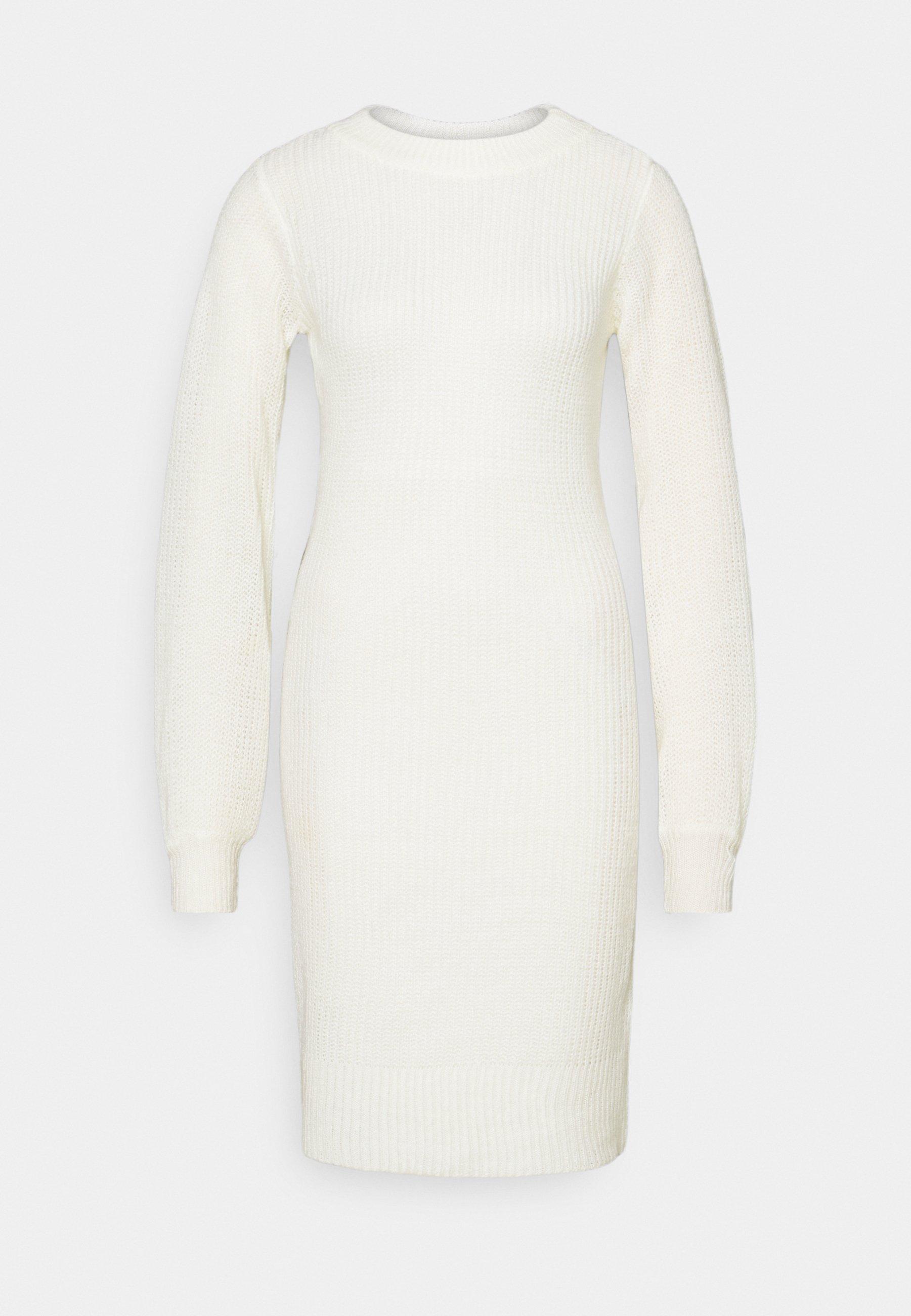 Till dam från VILA, en vit långärmad klänning.