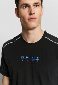 Nike Performance - RISE HYBRID - Print T-shirt - black - 3