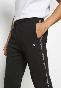 Champion - TAPE PANTS - Pantalon de survêtement - black - 4