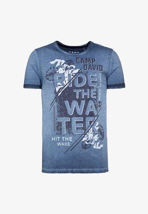MIT USED-KANTEN UND FRONTPRINT - Print T-shirt - thunder blue