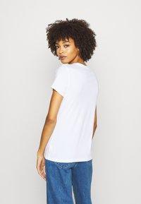GAP - FLAG TEE - T-shirt z nadrukiem - white - 2