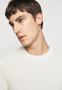 J.LINDEBERG - OLIVER  - Stickad tröja - cloud white - 8