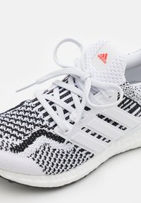 adidas Performance - ULTRABOOST 5.0 DNA BOOST PRIMEKNIT UNISEX - Sneakers laag - white - 5
