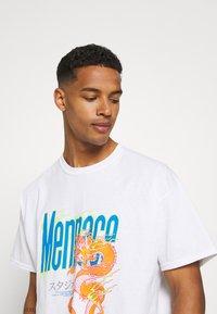 Mennace - HAVANA FLAMING DRAGON - Print T-shirt - off white - 3
