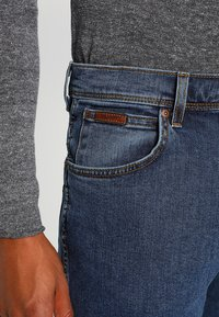 Wrangler - TEXAS STRETCH - Jeans straight leg - stonewash