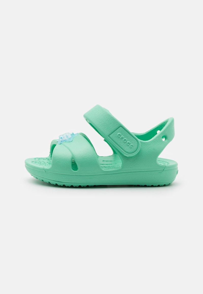 Crocs - CLASSIC CROSS STRAP CHARM - Sandály do bazénu - pistachio