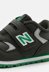 New Balance - IV393CGN-M UNISEX - Trainers - green - 5