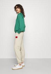 HUGO - DICHIBI REDLABEL - Pantaloni sportivi - light beige - 3