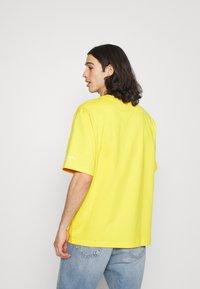 adidas Originals - DOH TEE - T-shirt med print - super yellow - 2