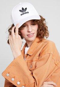 adidas Originals - BASE CLASS UNISEX - Cap - white/black - 4