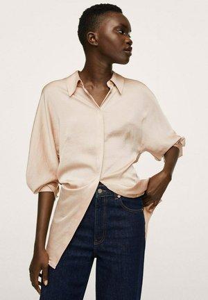 SOEPELVALLENDE SATIJNEN - Button-down blouse - pastelroze