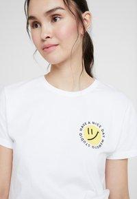 Wemoto - NIZE CROPPED - T-shirts print - white - 4
