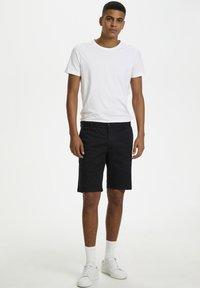 Matinique - MAPRISTU SH CHINO - Shorts - black - 1