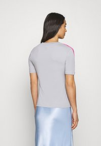 adidas Originals - ADICOLOR SLIM SHORT SLEEVE TEE - Print T-shirt - grey two/shock pink - 2