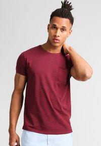 Pier One - Basic T-shirt - bordeaux - 0