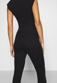 Missguided Petite - SINNER HIGHWAISTED DESTROYED - Jeans Skinny Fit - black - 3