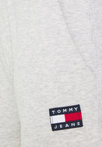 Tommy Jeans - BADGE - Short - silver grey heather - 5
