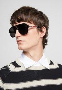 Gucci - Okulary przeciwsłoneczne - black/white/grey - 1