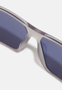 Guess - UNISEX - Sunglasses - matte crystal light grey/blue - 4