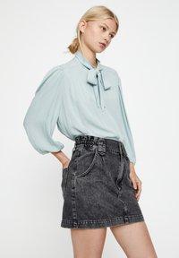 PULL&BEAR - MIT 3/4-ÄRMELN UND SCHLEIFE 05474380 - Button-down blouse - blue - 3