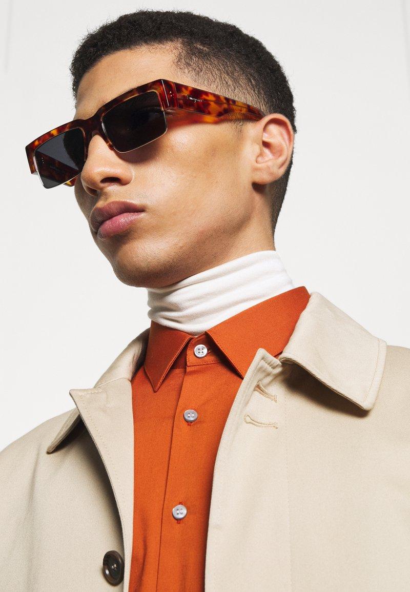 Salvatore Ferragamo - UNISEX - Sluneční brýle - dark brown/gold-coloured