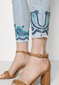 Desigual - DENIM_ANKLE PAISL - Jeans Skinny Fit - blue - 3
