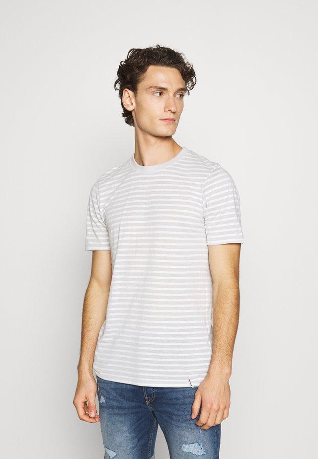AKROD - T-shirt z nadrukiem - brindle