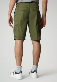 Napapijri - N-ICE CARGO - Shorts - green cypress - 1