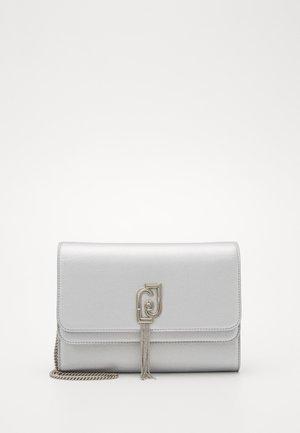 POCHETTE - Peněženka - silver