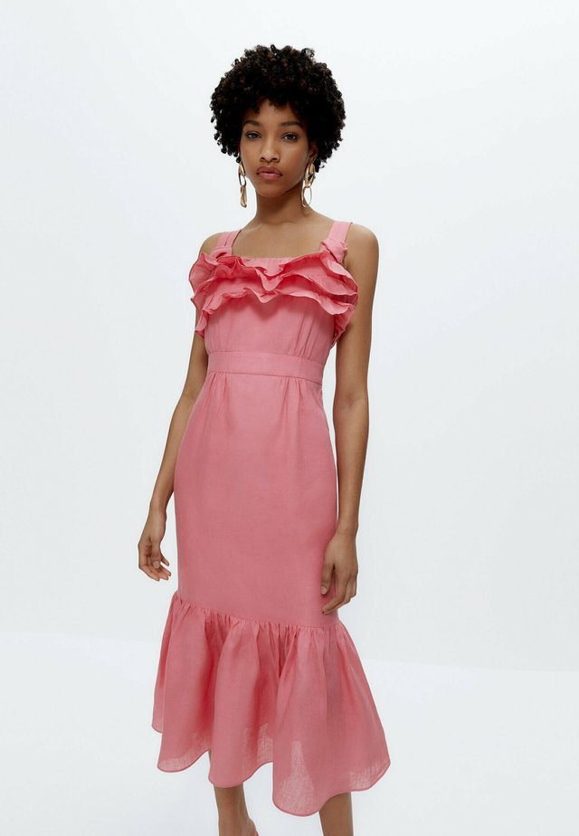 MIT TUPFEN - Korte jurk - pink