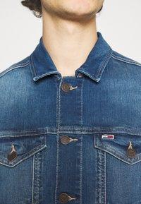 Tommy Jeans - REGULAR TRUCKER JACKET - Džínová bunda - wilson mid blue stretch - 3