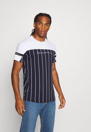 YEZ TEE - T-shirt med print - navy/white