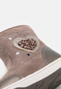 Geox - NEW FLICK GIRL - Kotníkové boty - beige - 5