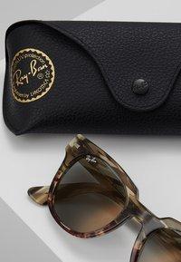 Ray-Ban - METEOR - Sluneční brýle - grey/gradient brown - 2