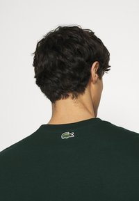 Lacoste - T-shirt med print - sinople - 3
