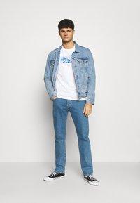 Levi's® - GRAPHIC TEE UNISEX - Maglietta a manica lunga - white - 1