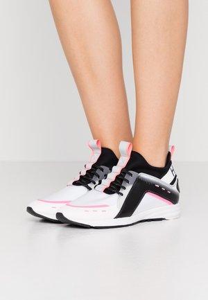 HYBRID RUNN - Sneakersy niskie - white
