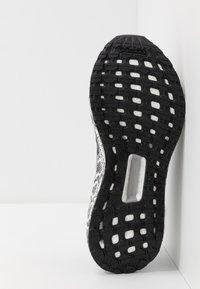 adidas by Stella McCartney - ULTRABOOST 20 - Nøytrale løpesko - black white/dough solid grey - 4