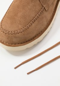 UGG - CAMPOUT CHUKKA - Zapatos con cordones - chestnut - 5