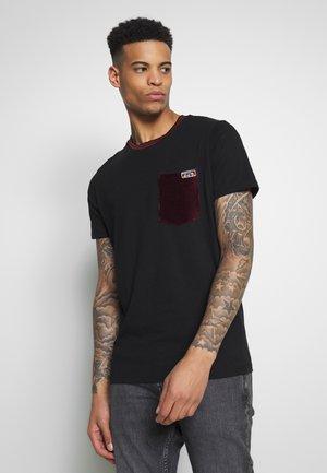 JORTOD  - Print T-shirt - tap shoe port royal pocke
