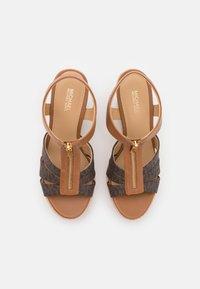 MICHAEL Michael Kors - BERKLEY WEDGE - Sandály na platformě - brown/acorn - 4