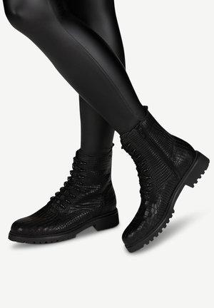 Šněrovací kotníkové boty - black croco