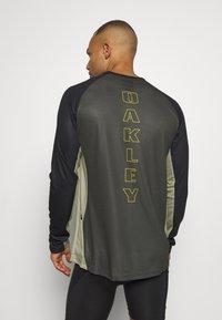 Oakley - TECH TEE - Bluzka z długim rękawem - dark green - 0