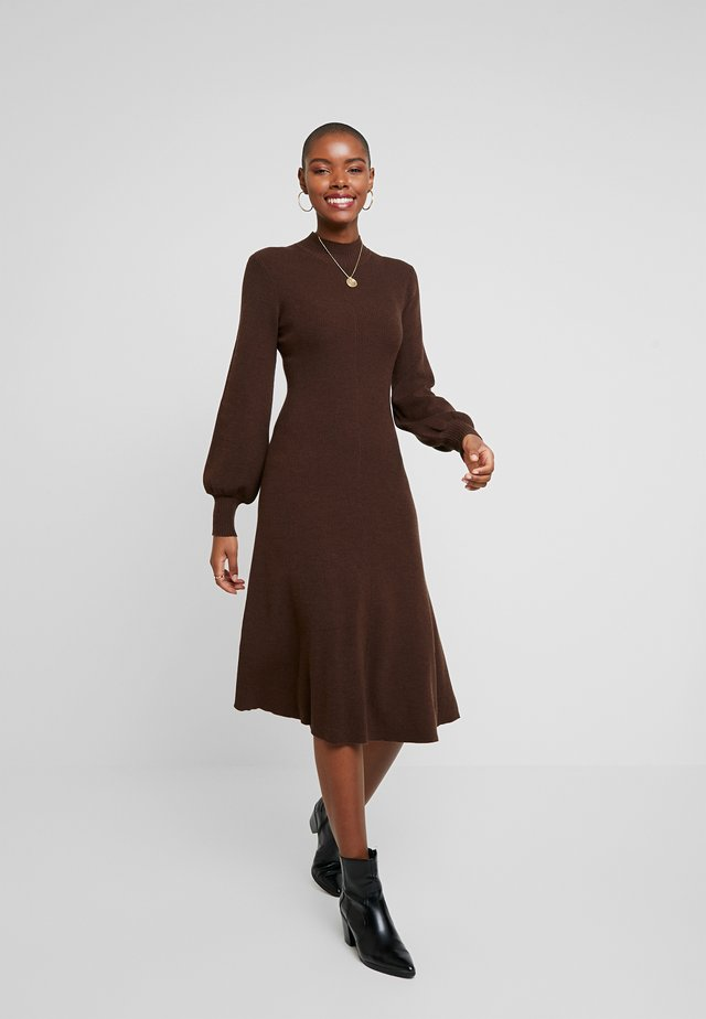 LENGTH DRESS - Stickad klänning - dark chocolate