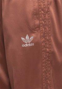 adidas Originals - WIDE LEG PANT - Pantalones - earth brown - 2