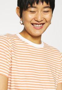 Selected Femme - PERFECT BOX CUT - Print T-shirt - bright white/caramel - 5