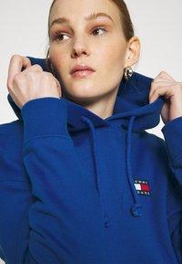 Tommy Jeans - BADGE HOODIE - Bluza z kapturem - providence blue - 4
