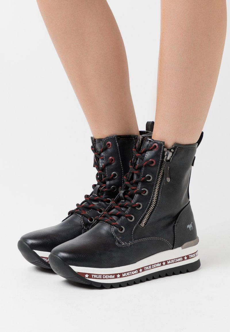 Mustang - Kotníkové boty na platformě - schwarz/rot