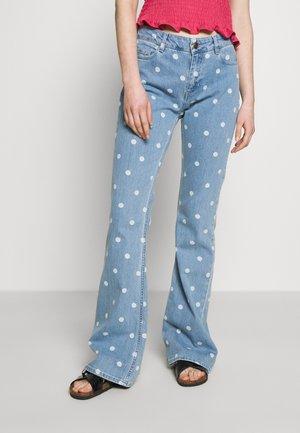 EVA TROUSER - Flared Jeans - denim/off-white